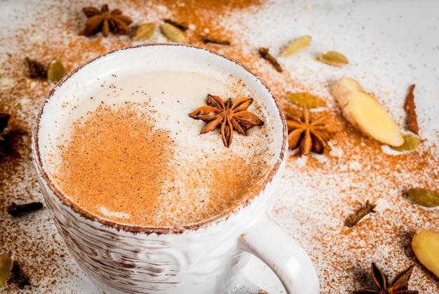 De traditionele indische thee van masalachai met kruidenkaneel, kardemom, witte anijsplant. copyspace Premium Foto