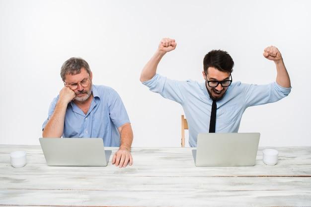 De twee collega's werken samen op kantoor Gratis Foto