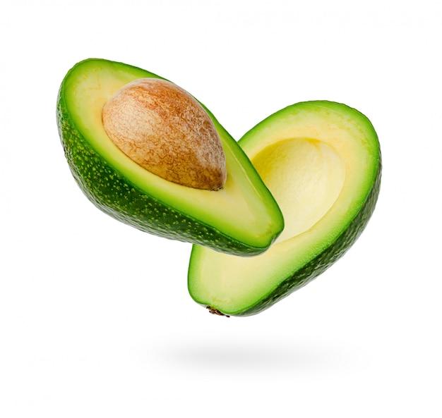 De twee helften van verse die avocado op wit worden geïsoleerd Premium Foto