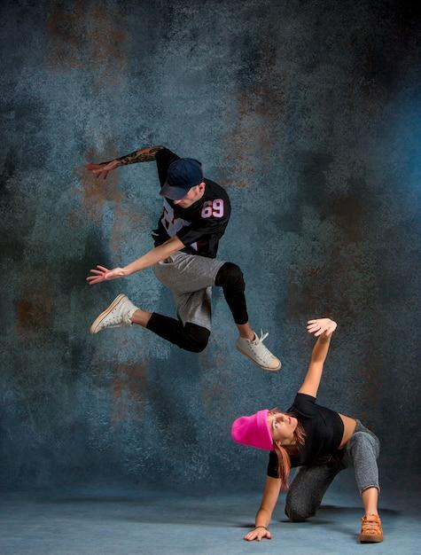 De twee jonge meisje en jongen dansen hiphop Gratis Foto