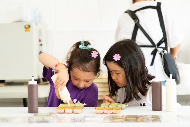 De twee kinderen maken iets met concentratie. Premium Foto