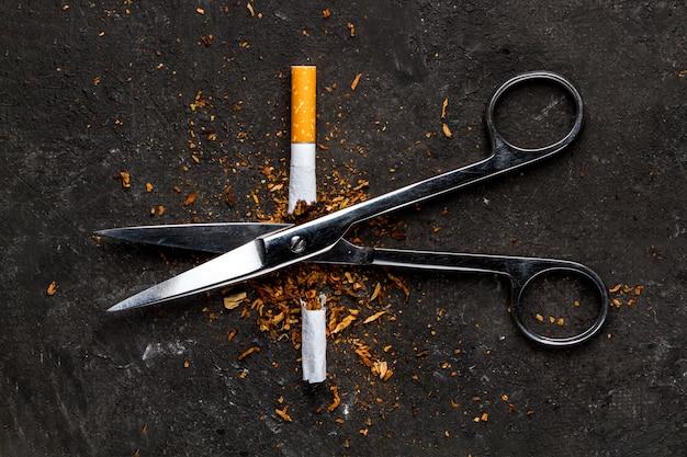 De uitgang van nicotineverslaving. de mens heeft een schadelijke en ongezonde gewoonte. stop met roken. Premium Foto