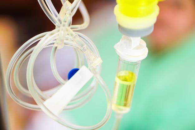 De uitrusting van de zoute zoute waterlijn voorbereidt volledig voor patiënt bij het ziekenhuis. Premium Foto