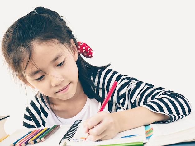 De uitstekende stijlfoto van een meisje kleurt gelukkig een boek Gratis Foto