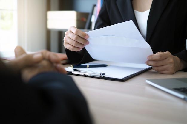 De uitvoerende macht heeft een ontslagbrief van de werknemer geopend. Premium Foto