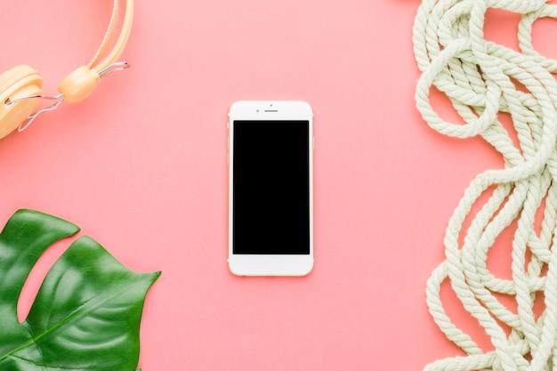 De vakantiesamenstelling van het strand met mobiele telefoon op gekleurde achtergrond Gratis Foto