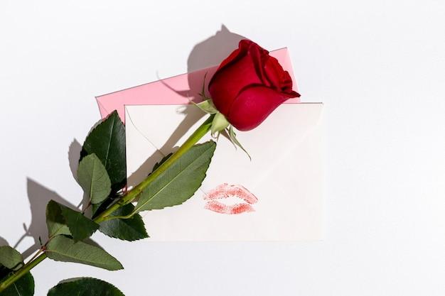 De valentijnskaarten namen met enveloppen en exemplaarruimte toe Gratis Foto