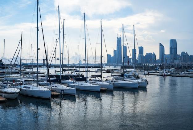 De varende boten dokken bij de olympische varende centrumpijler in qingdao, china Premium Foto