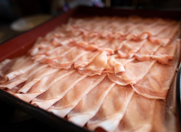 De varkens glijden in rijen in een container op de lijst in restaurant japan Premium Foto