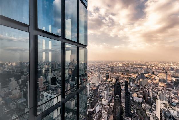 De vensters van het oppervlakteglas met de overvolle bouw in de stad van bangkok Premium Foto