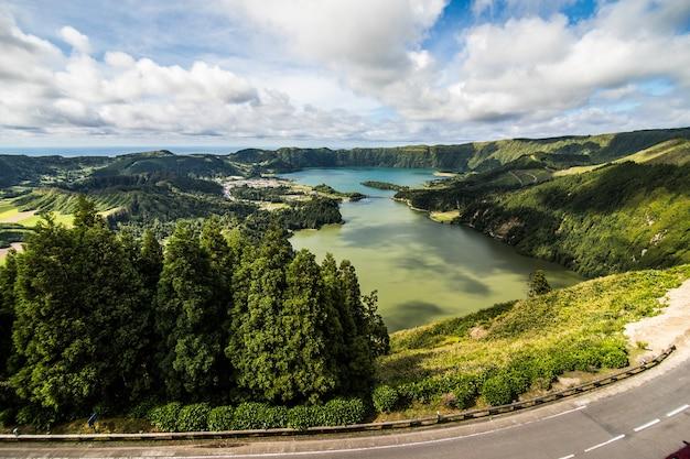 De verbazingwekkende lagune van de zeven steden lagoa das 7 cidades, in sao miguel azoren, portugal. lagoa das sete cidades. Gratis Foto