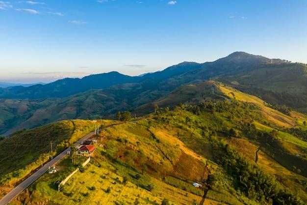 De verbinding van de bergweg de stad en de blauwe hemelachtergrond bij chiang rai thailand van de ochtendtijd Premium Foto