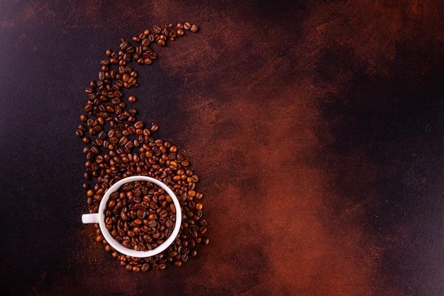 De verkwikkende ochtendkoffie met zoetigheden. het kan als achtergrond worden gebruikt Premium Foto