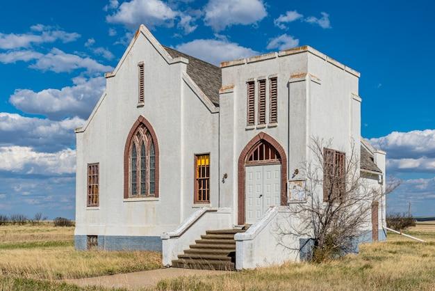 De verlaten lacadena united church in lacadena, saskatchewan, canada Premium Foto