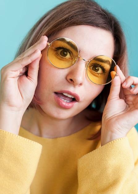De verraste glazen van de vrouwenholding dicht omhoog Gratis Foto