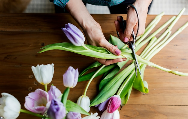 De verse decoratieve regeling van tulpenbloemen Premium Foto