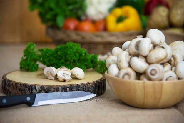 De verse groente van de champignonpaddestoel in de keuken Gratis Foto