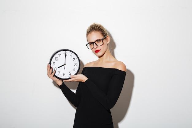 De verwarde klok van de bedrijfsvrouwenholding. Gratis Foto