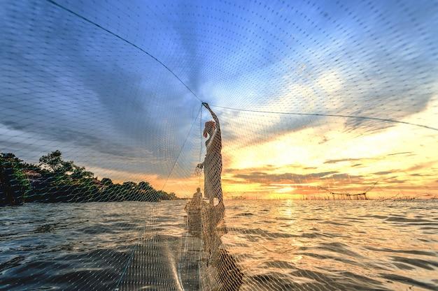 De visser wierp een boot op zijn boot. Premium Foto