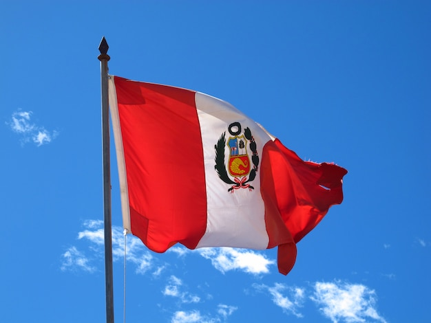 De vlag op de grens peru en bolivia op altiplano in de andes, zuid-amerika Premium Foto