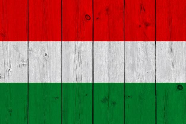 De vlag van hongarije op oude houten plank wordt geschilderd die Premium Foto