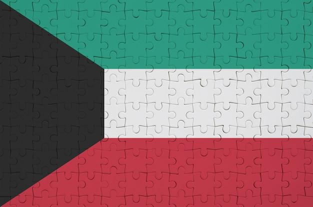 De vlag van koeweit is afgebeeld op een gevouwen puzzel Premium Foto