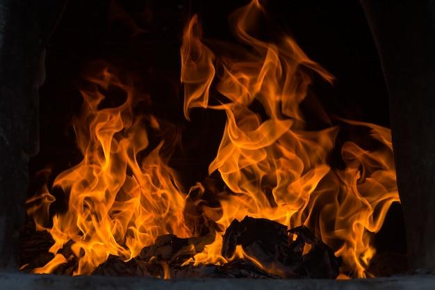 De vlammen branden in de oven. brandende vlammen flare in de oven. Premium Foto