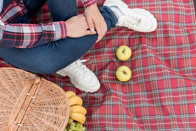 De voeten van een jongen op een picknickdeken Gratis Foto