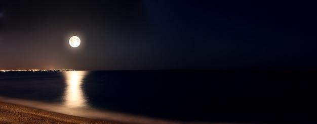 De volle maan mooi op strand Premium Foto