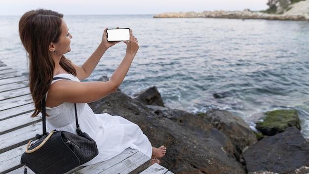 De volledig geschoten telefoon van de vrouwenholding Premium Foto