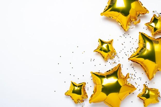 De vorm en het suikergoed van lucht gouden ballons op een witte achtergrond. Premium Foto