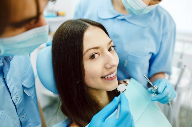 De vrouw bij de receptie bij de tandarts met assistente Gratis Foto