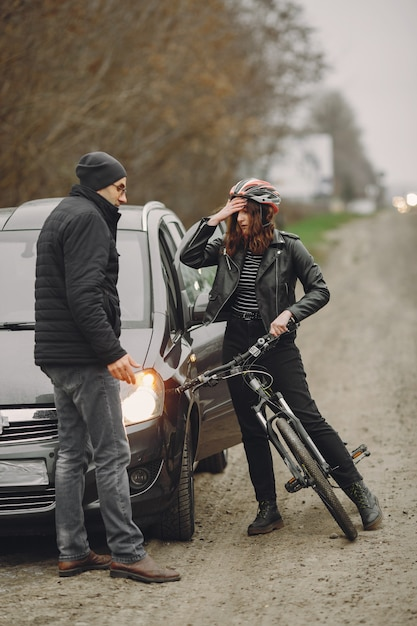 De vrouw botste tegen de auto. Gratis Foto