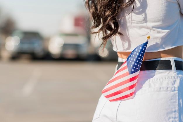 De vrouw die van de close-up de vlag van de vs in achterzak houdt Gratis Foto