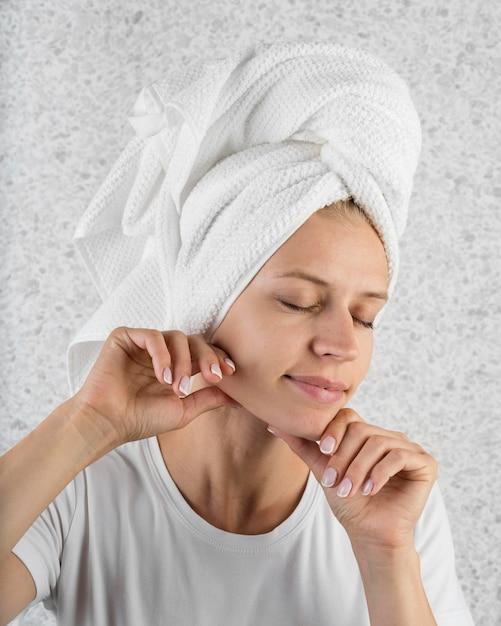 De vrouw die van de close-up handdoek draagt Gratis Foto