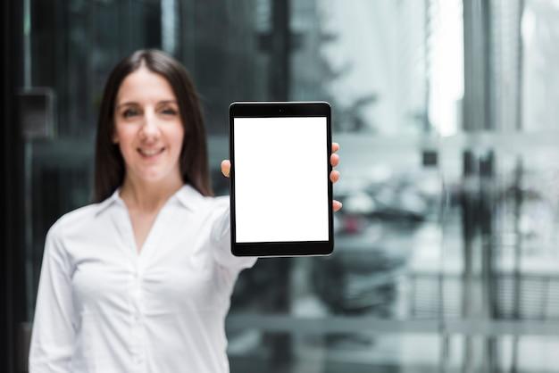 De vrouw die van vooraanzichtsmiley een tablet steunt Gratis Foto