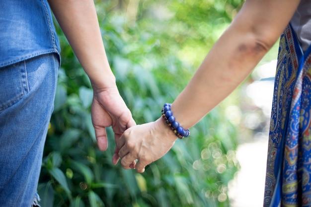 De vrouw en haar vriend overhandigen samen vinger Premium Foto