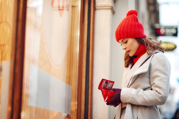 De vrouw heeft al haar geld uitgegeven tijdens de winterinkopen Gratis Foto