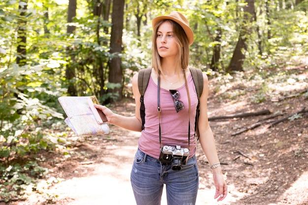 De vrouw in bos kijkt weg Gratis Foto