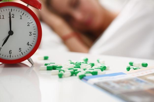 De vrouw is ziek neemt drugsslaap in bed Premium Foto