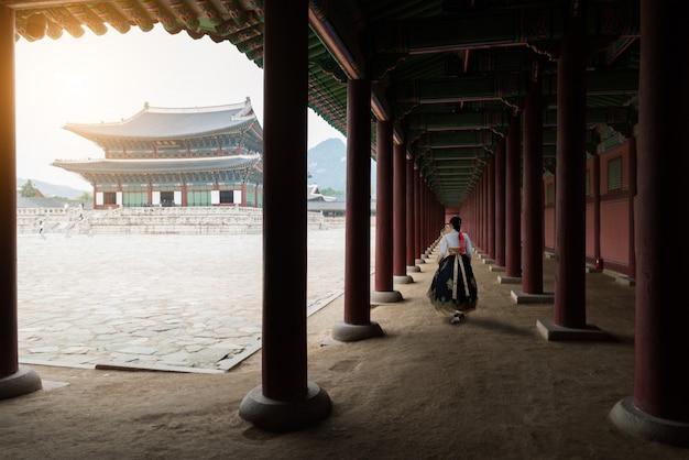 De vrouw kleedde hanbok in traditionele kleding die in gyeongbokgung-paleis in seoel, zuiden lopen Premium Foto
