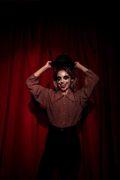 De vrouw kleedde zich als clown het stellen Gratis Foto