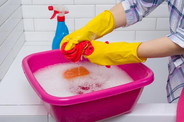 De vrouw maakt in de badkamers schoon Premium Foto