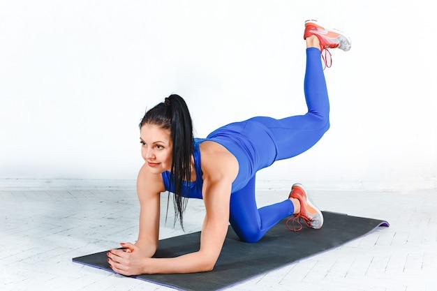 De vrouw training in een sportschool van een fitnesscentrum Gratis Foto