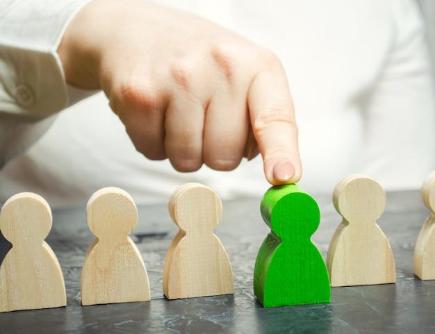 De vrouwelijke leider kiest de persoon in het team. Premium Foto