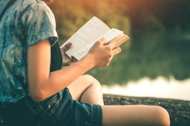 De vrouwen lezen boeken in stille aard, lezen concept boeken. Premium Foto