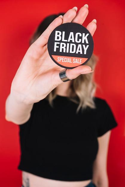 De vrouwenhand van de close-up met zwart vrijdagteken Gratis Foto