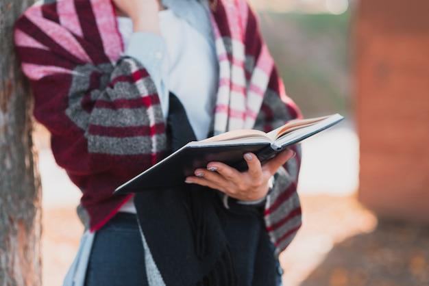 De vrouwenhanden die van de close-up een notitieboekje houden Gratis Foto