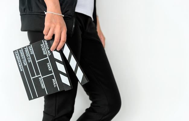 De vrouwenhanden die van de close-up filmklep houden Premium Foto