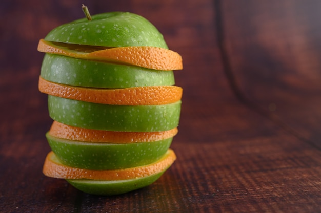 De vruchten zijn gerangschikt in lagen met appels en sinaasappels. Gratis Foto